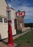 Antike Gas-Pumpe mit BA Zeichen am ukrainischen Dorf Stockfotografie