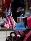 Antike Glocke und amerikanische Flagge Stockfotos