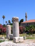 Antike griechische Spalten und Minarett der Moschee Lizenzfreie Stockbilder