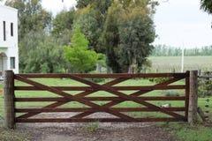 Antike hölzerne Torschließung am Eingang zum Bauernhof oder zur Ranch stockfotografie
