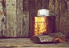 Antike hölzerne Wanne auf Holz. Lizenzfreie Stockbilder