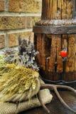 Antike Heugabel und hölzerne Radnabe auf Leinwandsack stockfotos