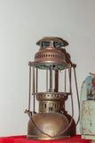 Antike Hurrikanlaterne, Schuss mit Blitzlicht Weinlesesturm Stockfotografie