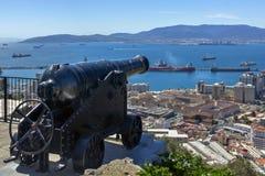 Antike Kanone auf einem Hintergrund der Bucht Stockbild