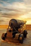 Antike Kanone auf Kernen bei Sonnenuntergang Stockfotografie