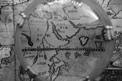 Antike Karte durch Seelupe lizenzfreies stockfoto