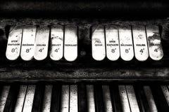 Antike Kirchenorgel-Tastatur und Schalter stockfoto