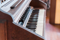 Antike Klavierschlüssel und hölzerne Weinleseart Lizenzfreie Stockfotos
