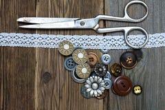 Antike Knöpfe, Spitze und ein Schneider scissors Lizenzfreies Stockbild