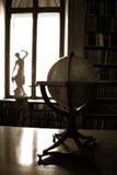 Antike Kugel und Statue Stockfoto