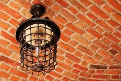 Antike Lampe, die von der Ziegelsteindecke hängt Lizenzfreies Stockbild
