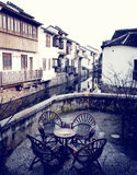 Antike Möbel-rustikale Café-Retro- Wiederbelebungs-städtische Szene Lizenzfreie Stockfotografie
