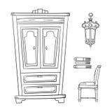 Antike Möbel stellten - den Wandschrank, Lampe ein, Buch und Stühle an lokalisiert Stockbild