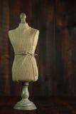 Antike Mannequin-Fehlschläge auf hölzernem Schmutz-Hintergrund lizenzfreie stockfotos