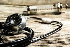 Antike medizinische Werkzeuge auf einem hölzernen Hintergrund Lizenzfreies Stockfoto