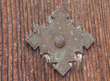 Antike Messingtürverzierung mit hölzernem Hintergrund lizenzfreies stockbild