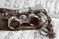 Antike Operen-Gläser auf Blatt-Musik Stockbilder