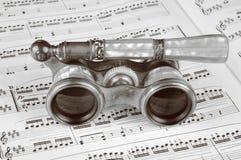 Antike Operen-Gläser auf einer Musik-Kerbe Lizenzfreies Stockbild