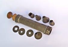 Antike Plätzchenpresse und friedliches Werkzeug Lizenzfreie Stockbilder