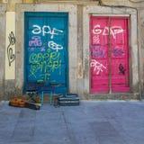 Antike portugiesische Architektur: Alte bunte Türen, Schreiben und Gitarre in der Straße - Portugal Stockfotografie