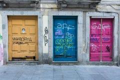 Antike portugiesische Architektur: Alte bunte Türen und Schreiben Stockfotografie