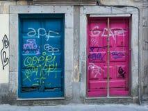 Antike portugiesische Architektur: Alte bunte Türen und Schreiben Lizenzfreies Stockfoto