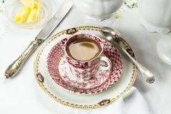 Antike Porzellanfrühstückseinstellung mit Milchkaffee auf weißem Stoff lizenzfreie stockfotografie
