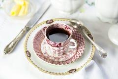 Antike Porzellanfrühstückseinstellung mit schwarzem cof lizenzfreie stockbilder