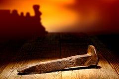 Antike-rostige Eisenbahn-Schienen-Spitzen-Gleichheit auf altem Holz Stockfotos