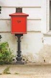 Antike rote Mailbox stockbilder