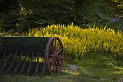 Antike Sämaschine auf einem Rasen. Lizenzfreie Stockfotografie