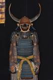 Antike Samurairüstung mit Minamoto-Familienemblem Lizenzfreies Stockbild