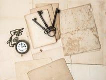 Antike Schlüssel und Uhr, alte Postkarten und Papiere Lizenzfreie Stockbilder