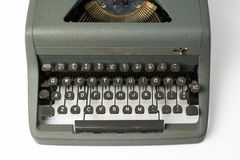 Antike Schreibmaschine auf weißem Hintergrund-Perspektiven-Abschluss oben auf K Lizenzfreies Stockfoto