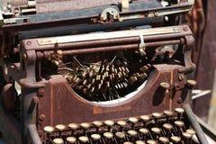 Antike Schreibmaschine verrostete Außenseite lizenzfreie stockfotografie