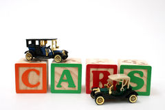 Antike schwarze Autos auf ABC-Blöcken Lizenzfreie Stockfotografie
