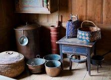 Antike schwedische Schüsseln und Körbe lizenzfreie stockfotos