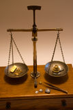Antike Schwerpunkt-Skala, die Gold wiegt Lizenzfreies Stockbild