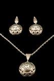 Antike silberne Ohrringe und Anhänger auf einer Kette Stockfoto
