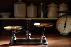 Antike Skala in einem Weinlese-allgemeinen Speicher Stockbilder