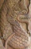 Antike Skulptur des Drachen auf Holz Lizenzfreies Stockfoto