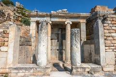 Antike Spalten von Ephesus Stockfotos