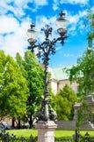 Antike Stahllaterne nahe Adam Mickiewicz Monument in Warschau Lizenzfreie Stockfotografie