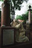 Antike Statue der Frau auf Grab Stockfotos