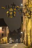 Antike Straße Schildnürnberg, Deutschland bis zum Nacht lizenzfreies stockfoto