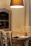 Antike Tabelle in altmodischem Innenraum Lizenzfreies Stockfoto