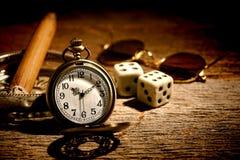 Antike Taschen-Uhr und alter Spieler Craps Dice Lizenzfreie Stockfotos