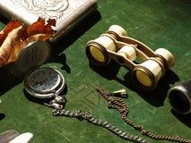 Antike Taschenuhr, -buch und -ferngläser lizenzfreies stockbild