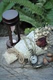 Antike Taschenuhr und -Sanduhr mit Trockenblumen Lizenzfreies Stockfoto