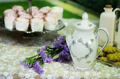 Antike Teeschale auf dem Tisch mit rosa Hintergrund des kleinen Kuchens Stockbilder